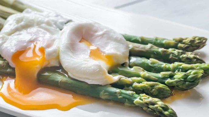 Steamed asparagus with poached eggs